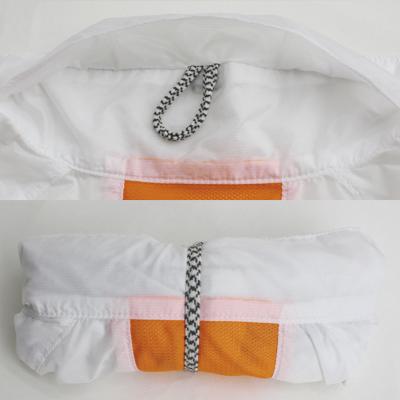 衿裏に収納。全体をたたみながらまとめるため、シワになりにくい仕様になっています。