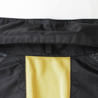 後衿に備え付けられたポケッタブル仕様は、全体をたたみながらまとめるため、シワになりにくい仕様になっています。ジャージシステムポケットなどに入れコンパクトに持ち運べる優れものです。