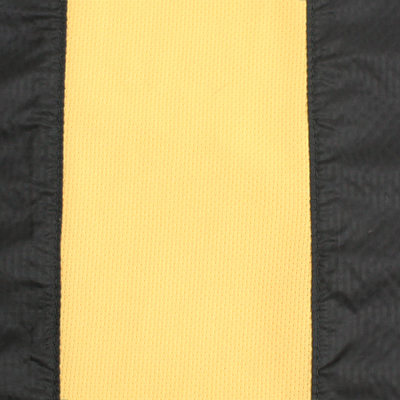 背中中心にニット素材を配置しベンチレーション機能を搭載。通気性を確保し衣服内のムレを軽減。