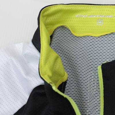 動きやすさと通気性を考慮し、首回りパーツにストレッチメッシュ素材を採用。